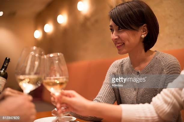 人の女性の誕生日を祝う - 乾杯 ストックフォトと画像