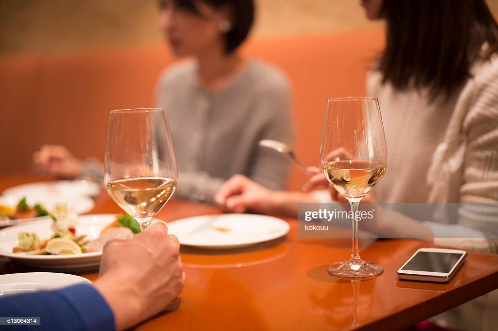 人々をお楽しみいただける、レストランでのお食事 : ストックフォト