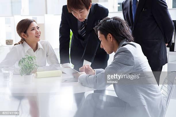 人々は、スタイリッシュなオフィスで働く
