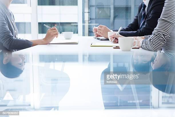 Menschen, die Notizen in einer Besprechung