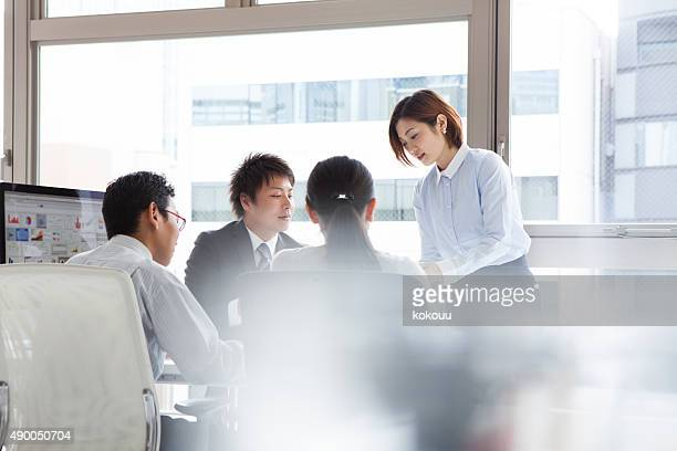 人々は、オフィスでの仕事の問題
