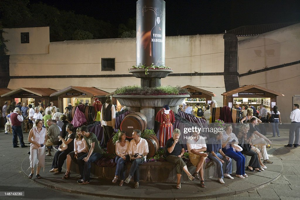 People winetasting outside booths at Madeira Wine Festival. : Foto de stock