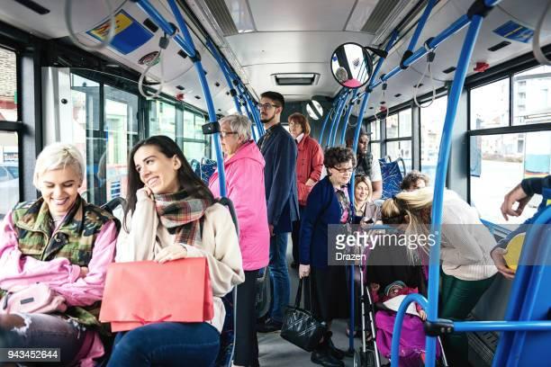 personnes atteintes de différentes abbilities, voyage en bus - transports publics photos et images de collection