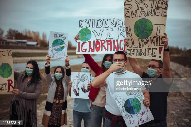 気候変動のための世界的ストライキにプラカードやポスターを持つ人々 - 改革 ストックフォトと画像