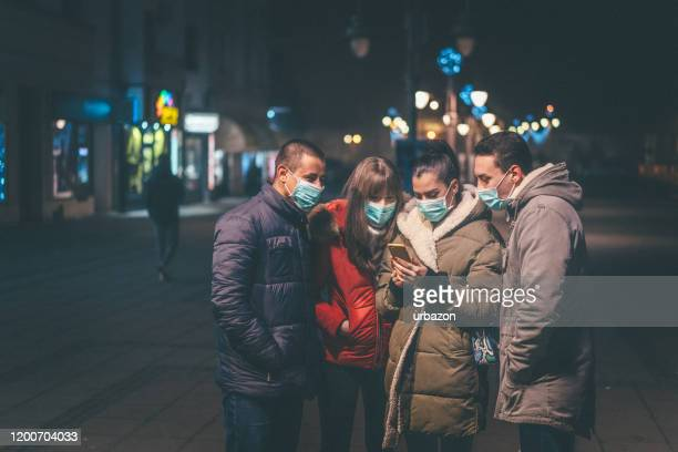 people with pollution masks on street - mascherina antipolvere foto e immagini stock