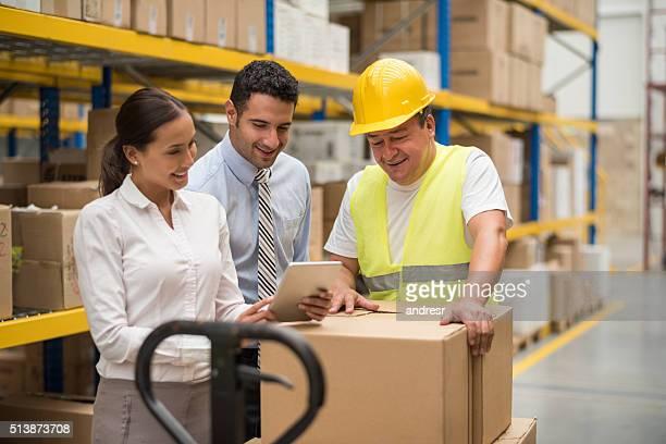Pessoas que trabalham em um Armazém de Distribuição