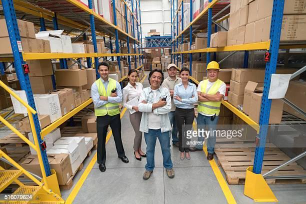Menschen arbeiten in einem distribution warehouse