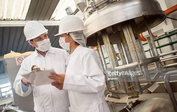 Pessoas que trabalham na fábrica de alimentos