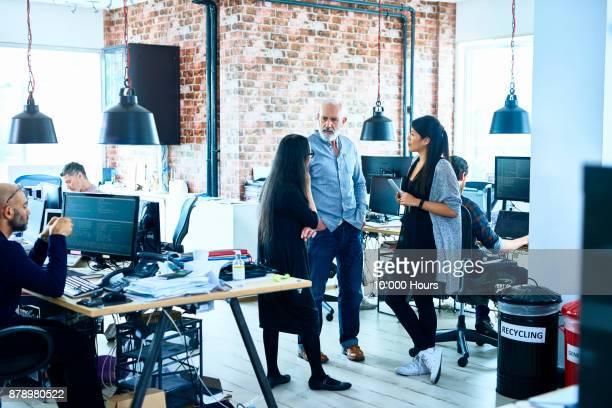 people working in modern office - スタイリッシュ ストックフォトと画像