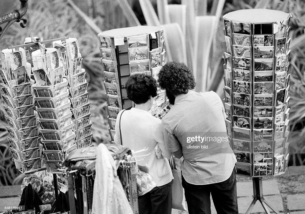people, young couple chooses picture postcards in mapstands, holidays, Spain, Canary Islands, Canaries, Tenerife, aged 25 to 35 years - 15.04.1981 : News Photo
