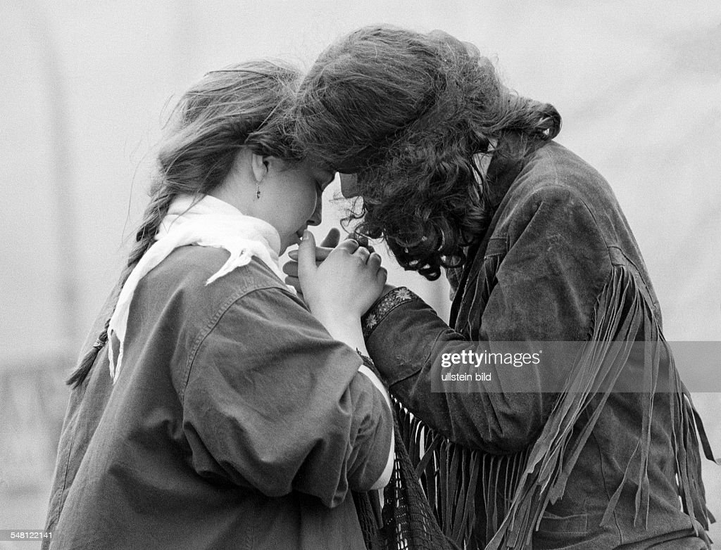 people, young couple close together inflames a cigarette, aged 17 to 23 years - 04.04.1983 : News Photo