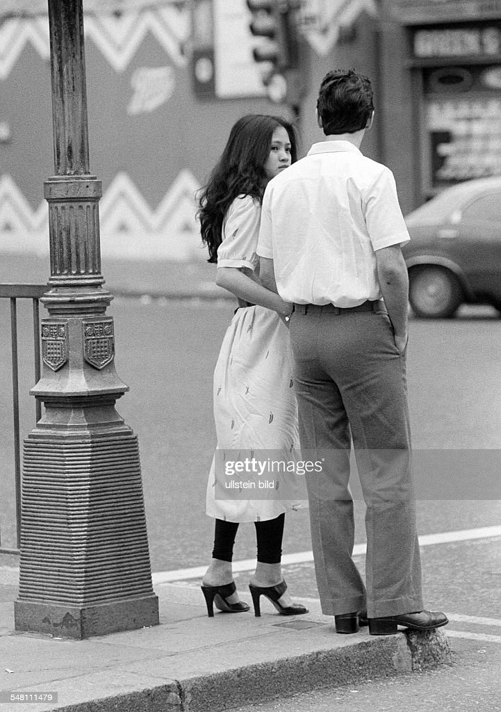 people, young couple stands at a street corner, hand in hand, aged 20 to 30 years, Great Britain, England, London - 02.06.1979 : News Photo