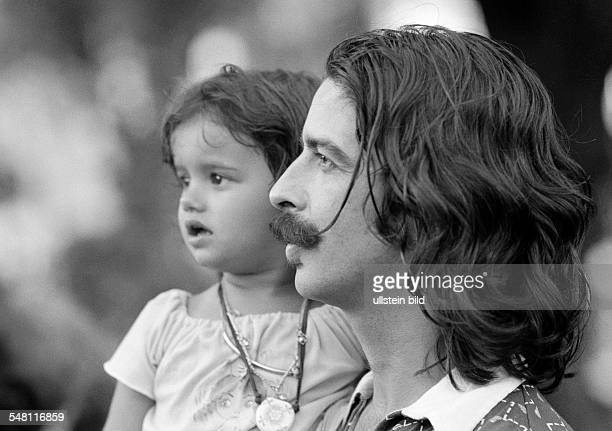People, young father carries the little daughter in his arms, Brazilians, aged 25 to 35 years, aged 3 to 4 years, Brazil, Minas Gerais, Belo...