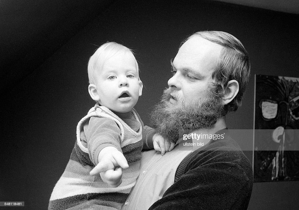 people, young father carries the little daughter in his arms, aged 30 to 40 years, aged 1 to 2 years, Volker, Judith - 28.02.1976 : News Photo