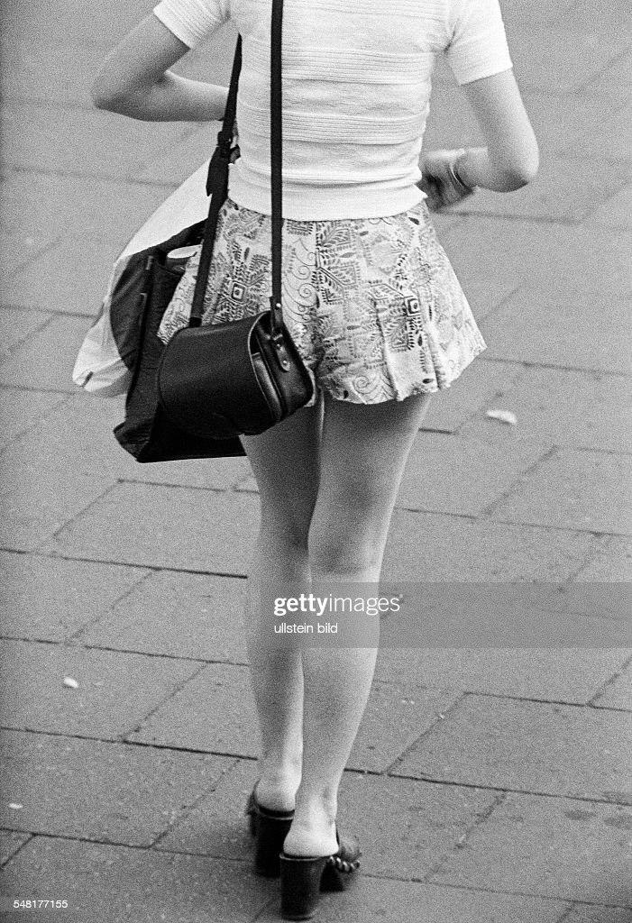 people, young girl on shopping expedition, handbag, pulli, miniskirt, back view, aged 18 to 22 years - 31.08.1973 : News Photo