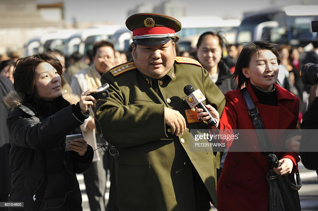 A People's Liberation Army soldier and d : News Photo