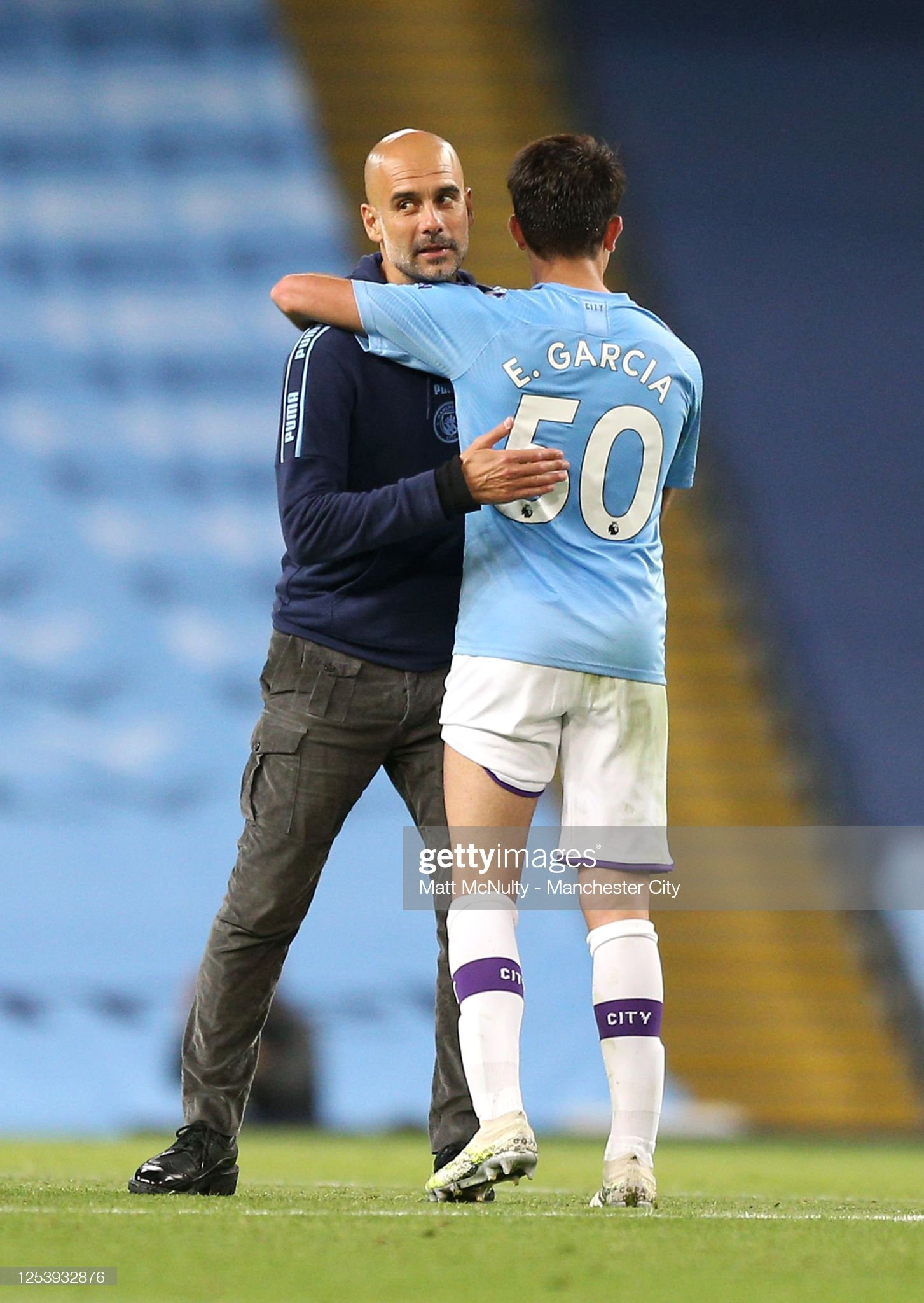 ¿Cuánto mide Eric Garcia? - Altura - Real height Pep-guardiola-manager-of-manchester-city-embraces-eric-garcia-of-picture-id1253932876?s=2048x2048