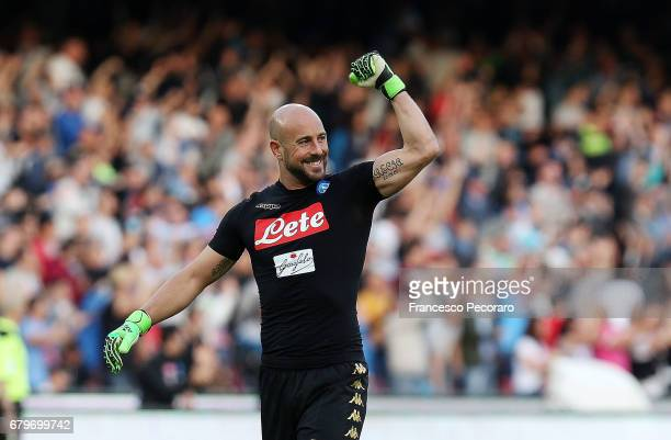 Pepe Reina of SSC Napoli celebrates after Lorenzo Insigne scored goal 30 during the Serie A match between SSC Napoli and Cagliari Calcio at Stadio...