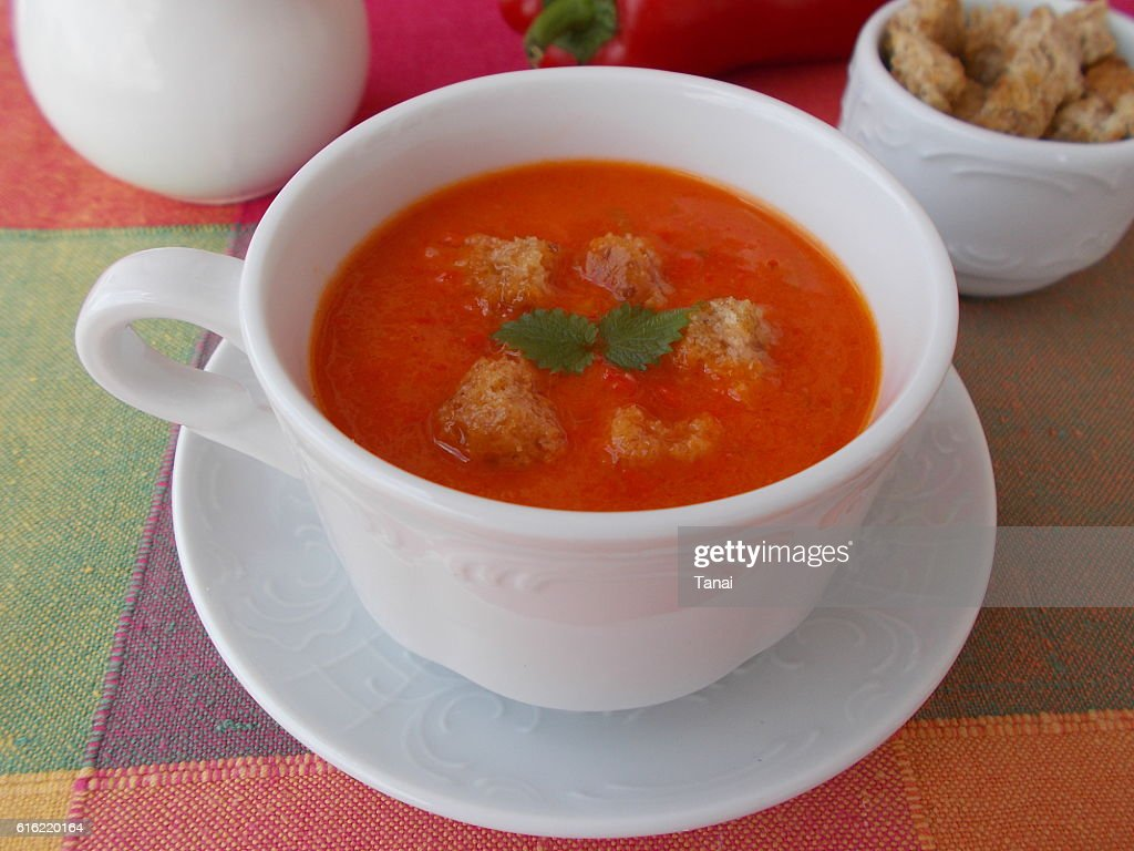 Pepper soup with croutons in white cup : Bildbanksbilder
