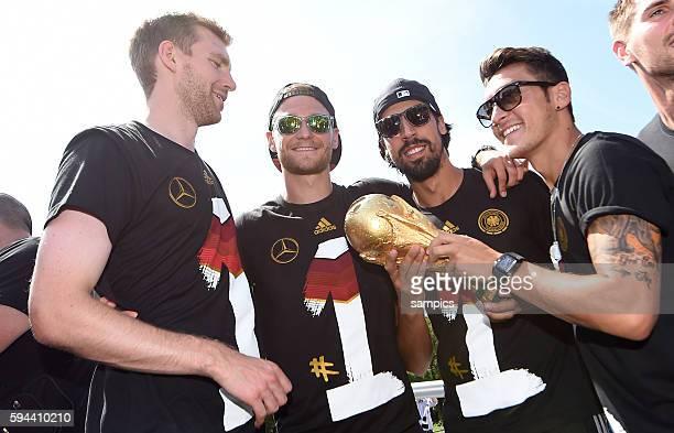 Per Mertesacker Deutschland Benedikt Höwedes Deutschland Sami Khedira Deutschland Mesut Ösil Oesil Deutschland mit Weltcup Weltpokal WM Pokal...