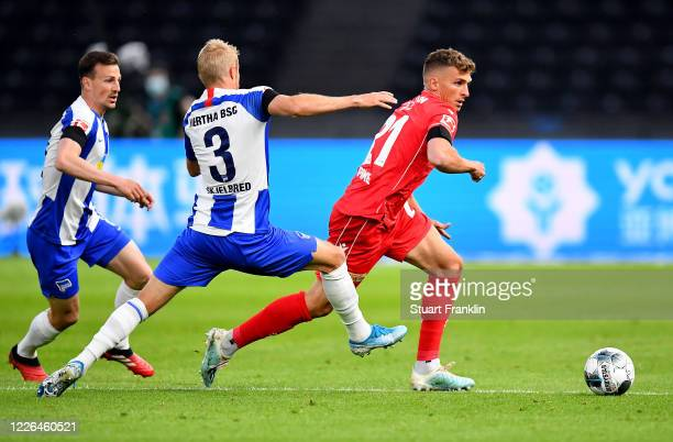 Per Skjelbred of Hertha Berlin challenges Felix Kroos of Union Berlin during the Bundesliga match between Hertha BSC and 1 FC Union Berlin at...