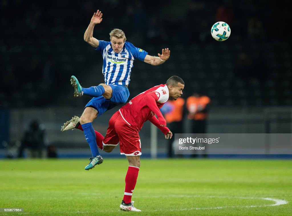 Per Skjelbred of Hertha BSC is challenged by Robin Quaison of 1. FSV Mainz 05 during the Bundesliga match between Hertha BSC and 1. FSV Mainz 05 at Olympiastadion on February 16, 2018 in Berlin, Germany.