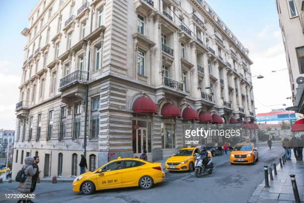 pera palace hotel, mesrutiyet caddesi, tepebasi, beyoglu, istanbul, turkey - palácio imagens e fotografias de stock