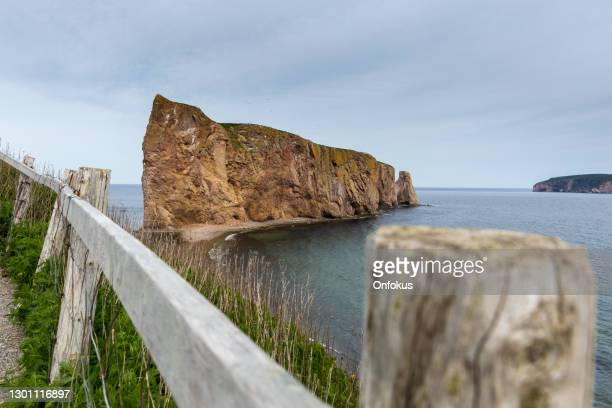 perce rock in perce, quebec, canada - cliff dwelling stock pictures, royalty-free photos & images