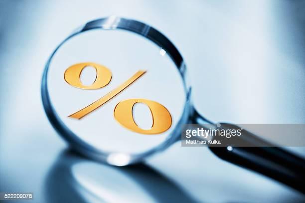 percent sign in magnifying glass - zinssatz stock-fotos und bilder