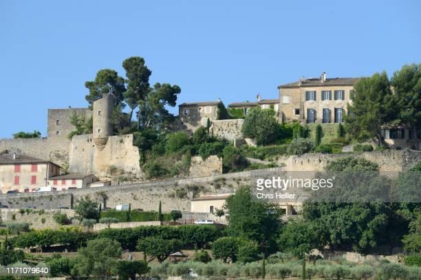 perched village of menerbes luberon provence - image photos et images de collection