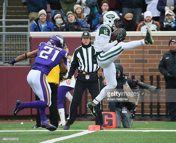 Percy Harvin of the New York Jets pulls in a touchdown pass while Josh Robinson of the Minnesota Vikings applies pressure in the first quarter on...