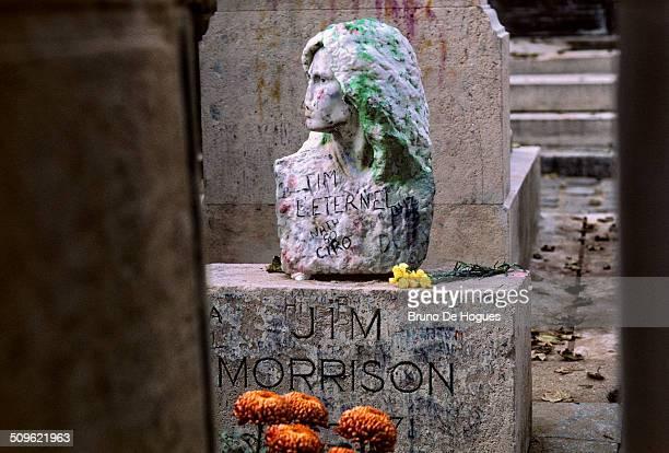 pere lachaise cemetery in paris, france - jim morrison fotografías e imágenes de stock