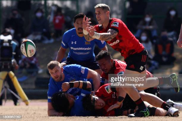 Perenara of NTT DoCoMo Red Hurricanes passes the ball during the Top League match between NTT DoCoMo Red Hurricanes and Panasonic Wild Knights at...
