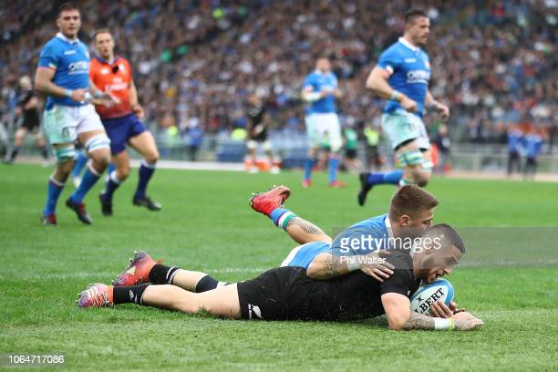 Perenara of the All Blacks scores a try during the International Rugby match between the New Zealand All Blacks and Italy at Stadio Olimpico on...