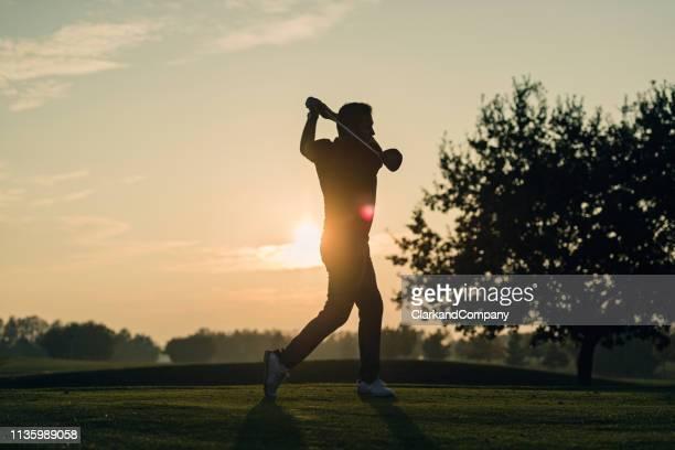 perfekter golfschwung vom abschlag. - golfschwung stock-fotos und bilder