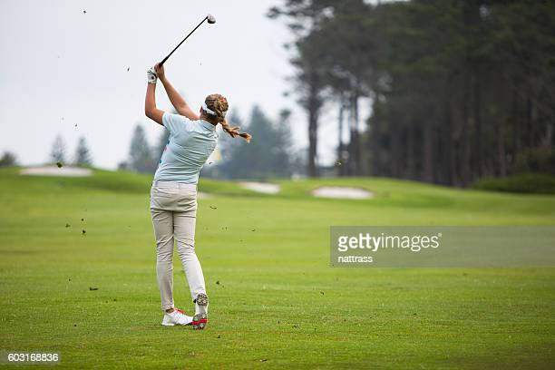 perfect golf swing - golf swing stock pictures, royalty-free photos & images