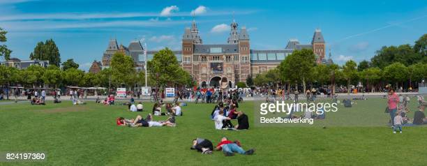 perfect place to rest in busy amsterdam  the museum square in front of rijksmuseum - museumplein stock pictures, royalty-free photos & images