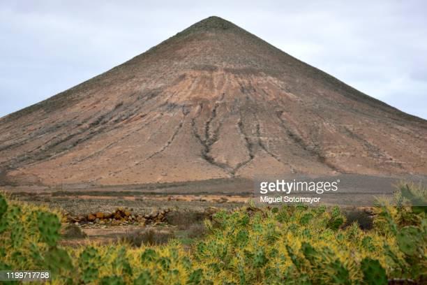 perfect pyramid-shaped mountain - pinnacle peak stock-fotos und bilder