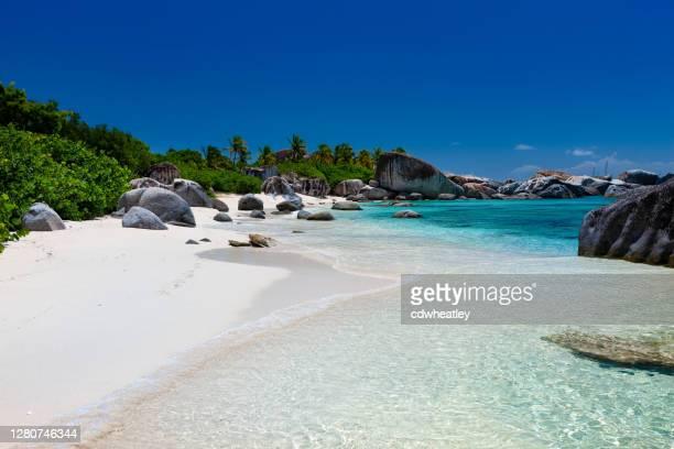 playa tropical perfecta en virgin gorda - islas de virgin gorda fotografías e imágenes de stock