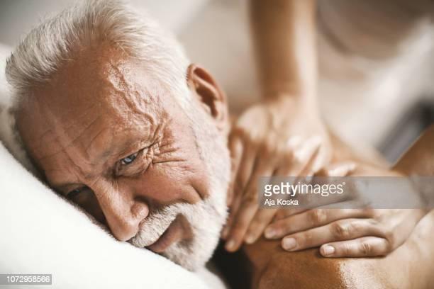 manera perfecta para sentirse mimado. - masaje hombre fotografías e imágenes de stock
