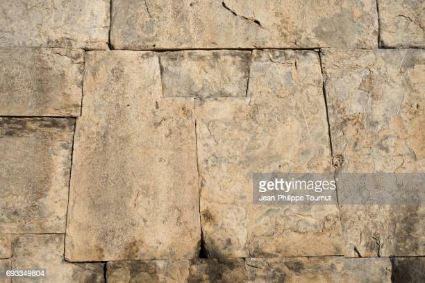 perfectly fitting stones in the ancient site of persepolis, shiraz, fars province, iran - muro de pedra - fotografias e filmes do acervo