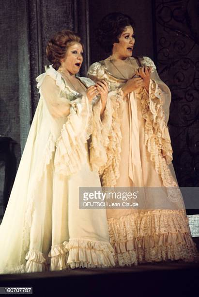 Performance Of 'cosi Fan Tutte' At The Paris Opera Garnier Kiri TE KENAWA dans le rôle de Fiordiligi et Jane BERBIE dans le rôle de Dorabella en...