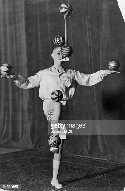 Performance of juggler Bob Ripa in the Scala , Berlin- photo: Cami Stone