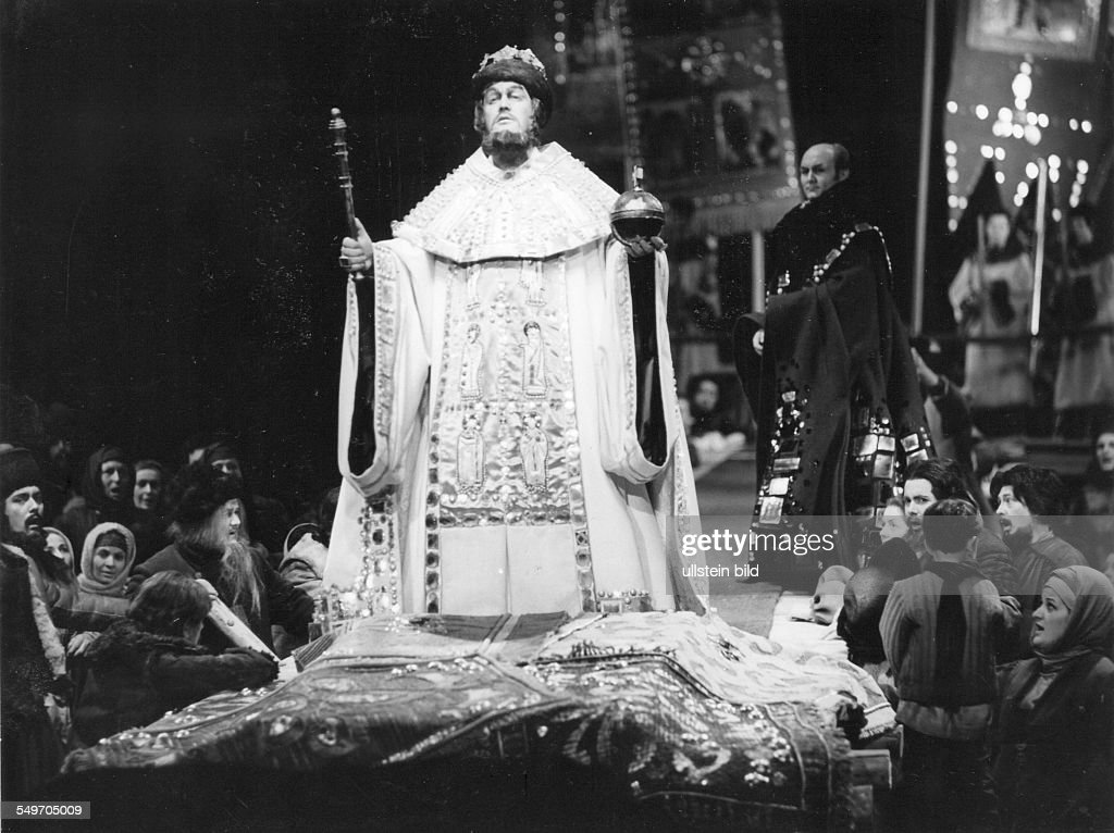 Performance of Modest Mussorgski's opera 'Boris Godunov' in the German State Opera, Berlin; scene with Kurt Moll as 'Boris' - music director: Heinz Fricke - stage director: Erhard Fischer - premiere:
