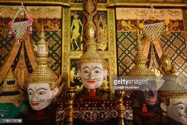 "khon, performance of the story thai literature ""ramayana"" in beautiful and unique dress with texture wall thai style. - arte, cultura e espetáculo imagens e fotografias de stock"