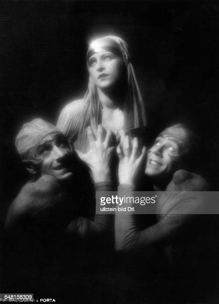 Performances in the Wintergarten Variety Theater, Berlin, in the 1920/30ies Dancer Maria Boldivera with her partners Stoykoff and Platonoff - 1929 -...