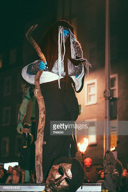 künstler im samhuinn fire festival, edinburgh - theasis stock-fotos und bilder