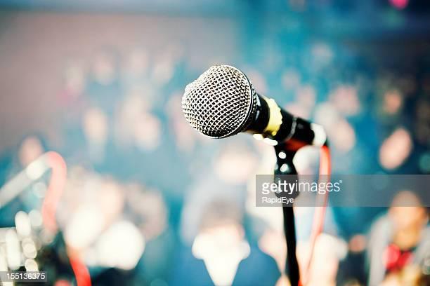 Artiste de spectacle du point de vue du public microphone en configuration théâtre