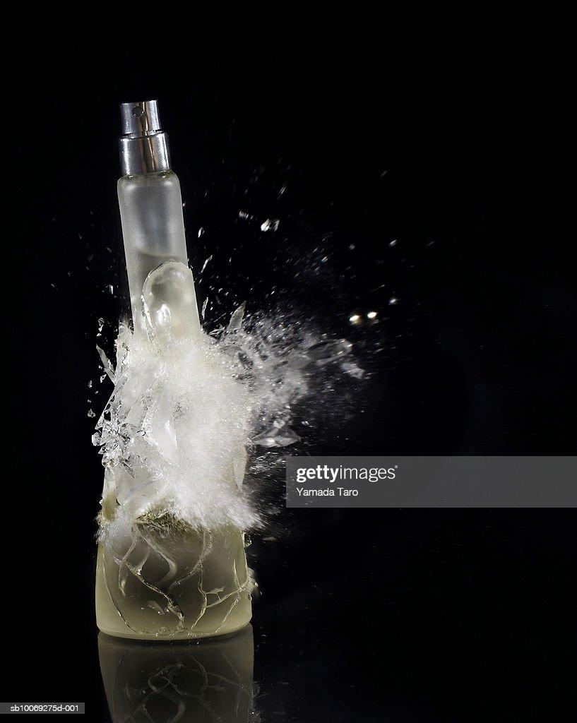 Perfume bottle exploding, close-up : Stockfoto