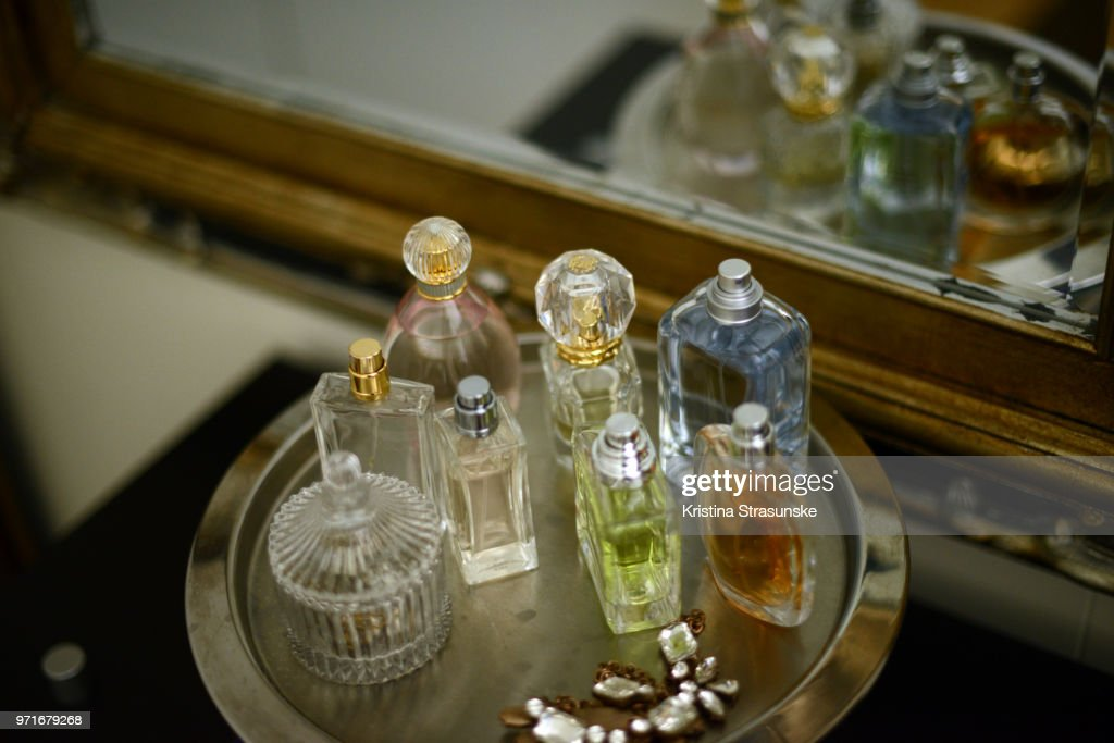 Perfume bottles on a tray by a mirror : ストックフォト